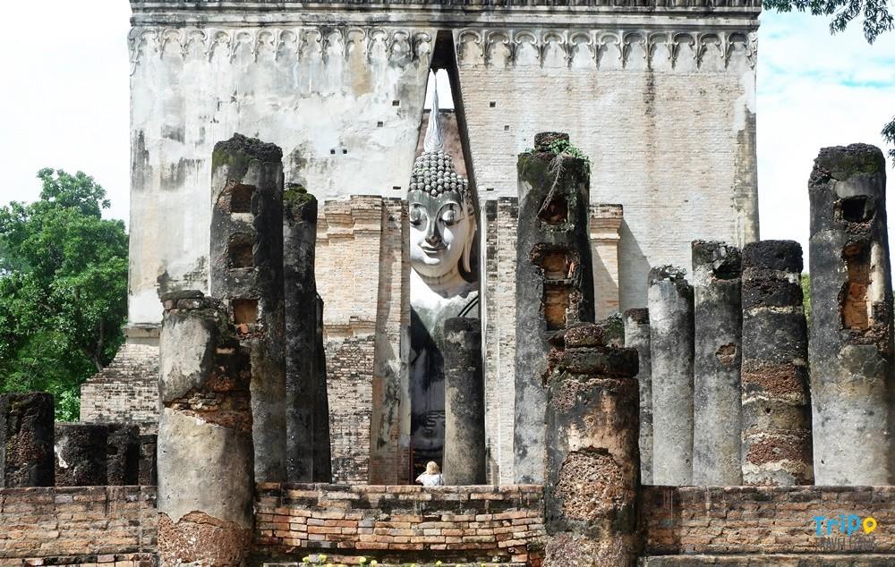 นอกจากนี้ ภายในอุทยานประวัติศาสตร์สุโขทัย  มีพระบรมราชานุสาวรีย์ของพ่อขุมรามคำแหงมหาราช และหลักศิลาจารึกจำลอง  ไว้ให้ประชาชนที่เดินทางมาท่องเที่ยวได้มาสักการะ